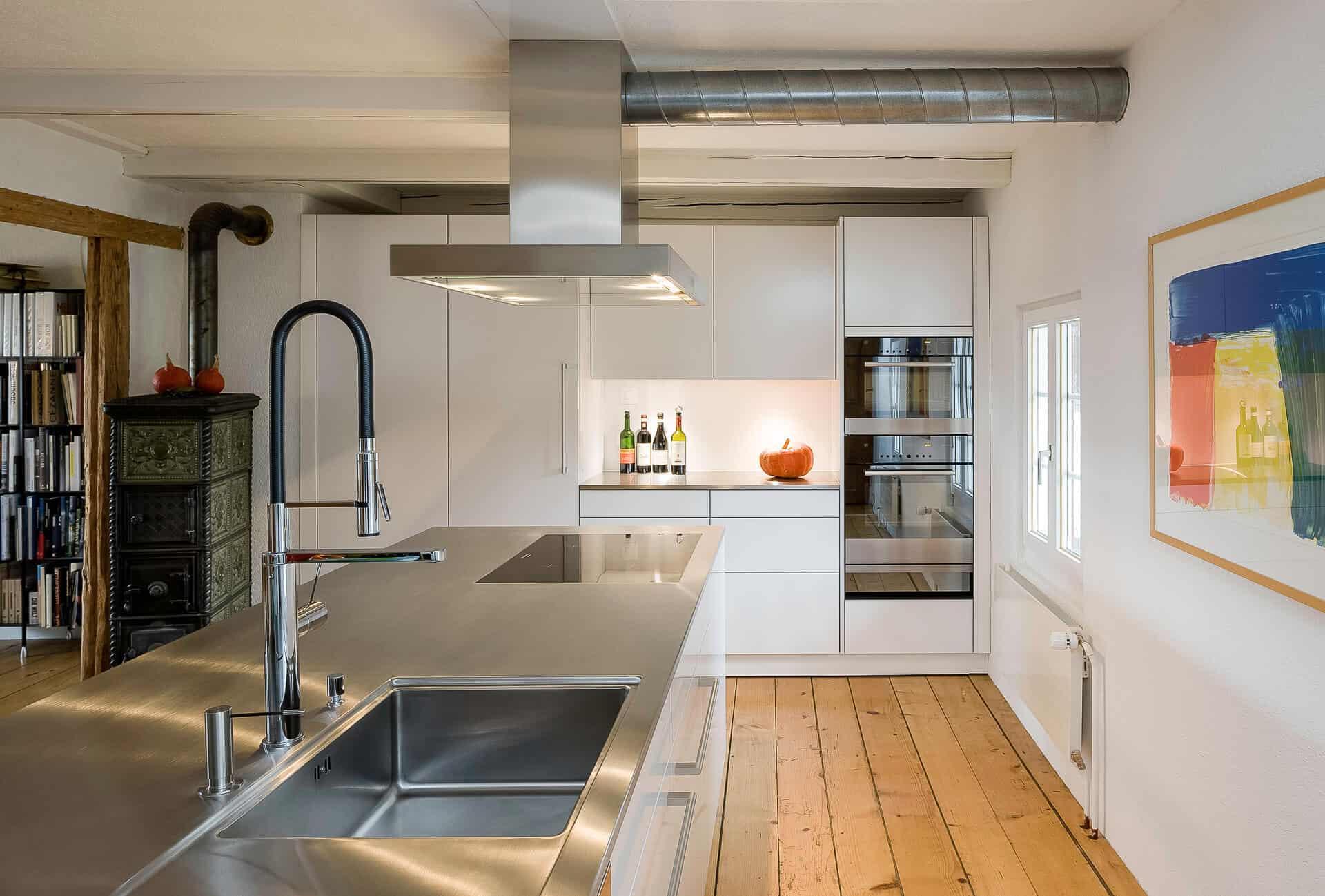 Kücheninsel aus Stahl mit Dunstabzugshaube